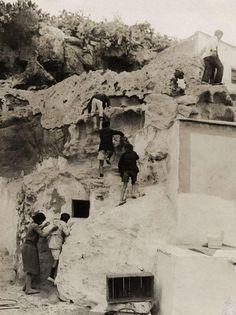 """Viviendas-cueva en Almería (1926). Fotógrafo desconocido. Apareció publicada en la revista """"Het Leven"""" (Ámsterdam), entre 1926 y 1941). Fuente: Europeana. Spain Holidays, Andalusia, Seville, Spain Travel, Malaga, Granada, Best Hotels, Trip Planning, Mount Rushmore"""