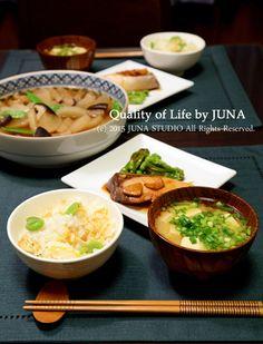 とっても美味しそうな和食メニューです。取り分ける大皿料理がある場合は大皿を食卓の真ん中に置き、取りやすいよう配置しましょう。