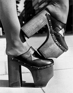 These shoes are from the They are clogs with very high platforms which were very popular during that time. 70s Fashion, Fashion History, Fashion Shoes, Vintage Fashion, Fashion Trends, 70s Shoes, Women's Shoes, Shoe Boots, Disco Shoes