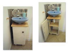 Petit meuble sous vasque pour habiller la tuyauterie du lave-mains. Plateau en bois de récup, corps en sapin.