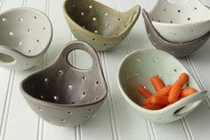 Tazón de fuente de cerámica baya con colador cerámica mango
