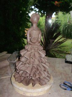 Victoria,sculpture,personnages,modelage,céramique,poterie,terre,grès,raku,argile,femme,robe,élégante,maïs Plus