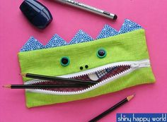 The Gobbler – free monster pencil case pattern - Free Pattern - The Gobbler - A Pencil Eating Monster Pencil Case Pattern, Pencil Case Tutorial, Diy Pencil Case, Wallet Tutorial, Pouch Pattern, Sewing Patterns Free, Free Sewing, Sewing Tutorials, Free Pattern