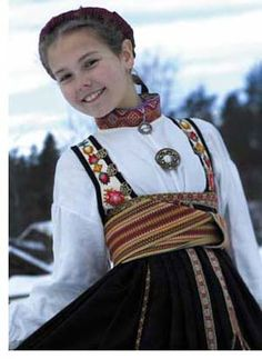 Livet er kopi av et gammelt et, og er ullbroderi på bomullslerret. Norwegian Style, Costumes Around The World, Beautiful Costumes, Precious Children, Folk Costume, Historical Clothing, Kool Kids, Traditional Dresses, Textiles