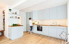 Offene Küche mit Arbeitsplatte aus Parkett: Modern Küche von Lukas Palik…