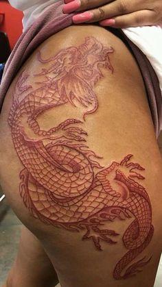 Tattoo Old School Caveira - Tattoo Minimalistas Geometricos - - Tattoos For Women On Thigh, Hip Thigh Tattoos, Black Girls With Tattoos, Dragon Tattoo For Women, Spine Tattoos, Sleeve Tattoos, Female Hip Tattoos, Thigh Tattoo Designs, Red Ink Tattoos