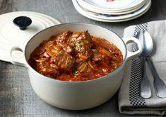 Coupez la viande en cubes. Epluchez et émincez l'oignon. Dans une cocotte minute, faites dorer les cubes de bœuf avec l'oignon émincé. Ajoutez la sauce tomate, le Bouillon de Bœuf et l'eau. Laissez fondre le bouillon quelques minutes puis ajoutez la gousse d'ail écrasée, les herbes de Provence et poivrez. Mélangez. Fermez la cocotte et laisser cuire 30 minutes après le début du sifflement.