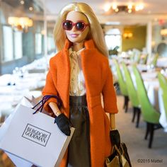 It's Barbie! I just finished shopping for my sisters, and now I am going to eat something! I wonder what I'll have today! Barbie Go, Barbie Life, Barbie World, Barbie Dress, Barbie Clothes, Barbie Style, Hello Barbie, Barbies Pics, Barbie Fashionista Dolls