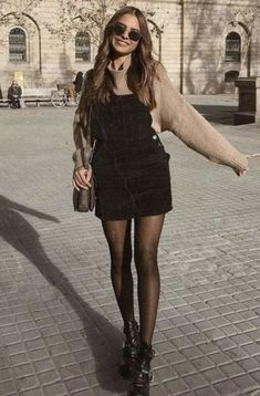 20 Edgy Fall Street Style 2018 Outfits To Copy ELLE shows that with the compl .- 20 Edgy Fall Street Style 2018 Outfits To Copy ELLE shows you that with the right add-ons, the basic t-shirt makes it look great at parties and work meetings. Simple Fall Outfits, Winter Fashion Outfits, Fall Winter Outfits, Look Fashion, Summer Outfits, Cute Outfits, Fast Fashion, Black Outfits, Summer Clothes