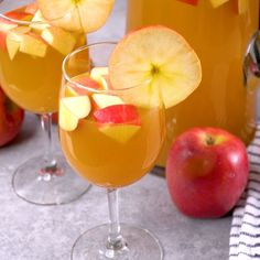 Caramel Apple Sangria Recipe – Apple cider sangria with caramel vodka & white wine. This is the best easy Fall sangria recipe. Caramel Apple Sangria Recipe - Apple cider sangria with caramel vodka & white wine. This is the best easy Fall sangria recipe. Caramel Apple Sangria, Cranberry Sangria, Apple Cider Sangria, Hard Apple Cider, Cider Cocktails, Spiced Apple Cider, Caramel Apples, Drinks With Caramel Vodka, Apple Vodka