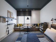 ロンドンの客室のベッドカバーはキルティングのパッチワークで温かみを感じます。クッションの色の配置など参考になりますよね。