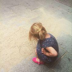 Missing the beach #summerinthecity #niños #kids #play #JUgarEsEsencial #arena #sand #beach #city #Madrid #malasaña #madridmemata #childhoodunplugged #childrenunplugged #ig_kids #instakids #instagram_kids