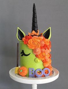 Love this Halloween inspired unicorn cake 🎃🦄 credit: Halloween Desserts, Gateau Theme Halloween, Halloween Torte, Pasteles Halloween, Halloween Treats, Halloween Birthday Cakes, Cute Halloween Cakes, Halloween Fondant Cake, Holloween Cake