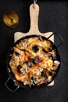 Een puik bord dampende paella. Je kunt mij er midden in de nacht voor wakker maken. Maak hem eenvoudig zelf.