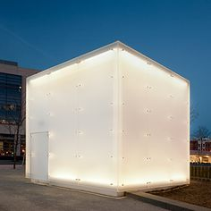 Designers worked with 3form to create a glowing Chroma XT box in this exterior installation. Diseñador: Studios Architecture  Washington, DC, US