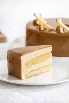 Entremets pomme caramel – Empreinte Sucrée – on your dessert. Using a large spatula, drag the dessert onto the wire rack and place it on your dish. To decorate this caramel apple dessert Fancy Desserts, Apple Desserts, Fancy Cakes, Apple Recipes, Sweet Recipes, Cake Recipes, Dessert Recipes, Macarons, Caramel Recipes