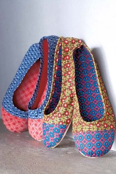 DIY shwe-shwe shoes inspired by the South African fabric. Deze doet het ook :D Fabric Crafts, Sewing Crafts, Sewing Projects, Diy Fashion, Fashion Shoes, Magazine Crafts, Diy Mode, Do It Yourself Fashion, How To Make Shoes