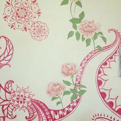 rosas e mandalas sobre porta