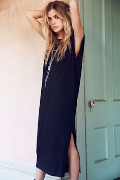 casual simple dress in black (LOVE the hair)