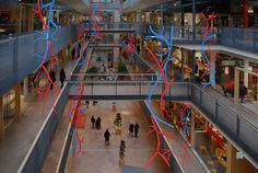 El autodidacta apasionado David Delfin crea estos motivos decorativos donde la complejida y variación de  sus formas se ha realizado girando los motivos sobre su eje vertical y horizontal. Todo ello con hilo luminoso de LED y microbombillas de LED