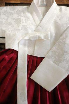 이영애 한복(대여)_양단 흰저고리/다홍치마 : 네이버 블로그 Oriental Fashion, Ethnic Fashion, Asian Fashion, Korean Dress, Korean Outfits, Korean Traditional Dress, Traditional Outfits, Modern Hanbok, Culture Clothing