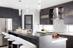 Armoires de cuisine de style moderne. La totalité de ces armoires de cuisine ont été réalisé en merisier. Le tout est harmonisé avec un comptoir de stratifié de deux pouces d'épaisseur et d'un comptoir lunch de trois pouces d'épaisseur. http://www.armoiressimard.com/