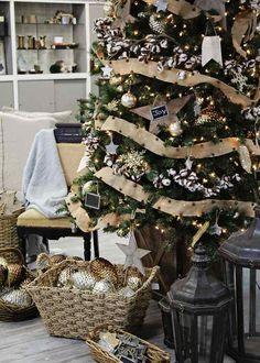 bolas estrellas y lazos para decorar el árbol de navidad