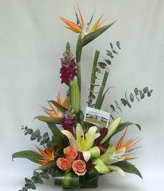 Diseños Florales Tropical Flower Arrangements, Ikebana Flower Arrangement, Silk Flower Arrangements, Tropical Flowers, Unique Flowers, Love Flowers, Silk Flowers, Deco Floral, Arte Floral