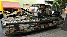 """Un""""arma d'istruzione di massa"""".Più di 900 libri in un """"biblio-carrarmato"""": scoprite la """"rivoluzione bianca"""" di Raul Lemesoff per le strade di Buenos Aires..."""