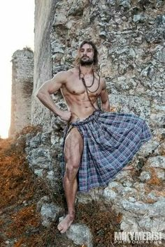 What is it about a man in a kilt? Scottish Man, Men In Kilts, Hommes Sexy, Komplette Outfits, Raining Men, Attractive Men, Male Beauty, Male Body, Harris Tweed