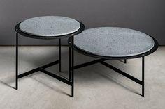 Tavolino con telaio in metallo verniciato e piano in appoggio nelle finiture pietra lavica, marmo carrara, legno TT e Corian®.