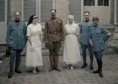 Groupe de médecins et d'infirmiers devant l'hôpital Saint-Paul  Description :  Autochromes de la guerre 1914-1918, département de l'Aisne  Auteur :  Cuville Fernand (1887-1927)