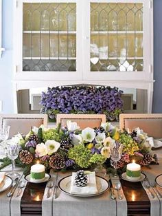 Love the centerpiece: hydrangeas, white amaryllis, purple statice, mixed evergreens, fresh pears and white-tipped pinecones Christmas Tablescapes, Holiday Tables, Christmas Decorations, Table Decorations, Seasonal Decor, Holiday Decor, Holiday Dinner, Table Arrangements, Christmas Arrangements