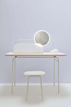 STUDIO WM: Morning Dew dressing table met kruk. Ontworpen voor je dagelijkse verzorgingsrituelen, maar ook voor een bijzonder moment voor jezelf.