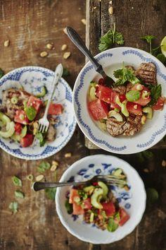 Kassler on edullista ja maustamalla todella monipuolista lihaa. Raikas thaimaalainen vesimelonisalaatti tasapainottaa juuri sopivasti grillikasslerin tuhdin lihaisaa makua.