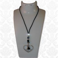 Ketting love & peace  Mooie lange ketting van zwart rond leer, afgewerkt met Swarovski elements stenen en leuke bedels. Aan de ketting hangt een groot hart met een peace-teken, een klein bedeltje van een engelenvleugel en een grote zwarte facetkraal.