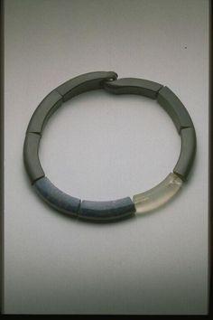 Catherine Noll - France, 1983  collier ébène, lapis-lazuli, cristal dépoli