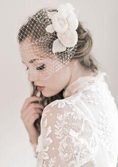 Toucado com renda e flor para noivas. #casamento #acessórios #noivas #toucados