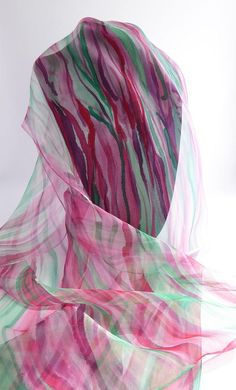 Scarf silk chiffon scarf entirely handpainted red and green  Roma  Unique creation  150 x 40cm  As a harmony of colors Magenta that will take all his brilliance with the green... Red and pink mixed subtly to create this spring atmosphere Colorful vibration   Care: only by hand and wash