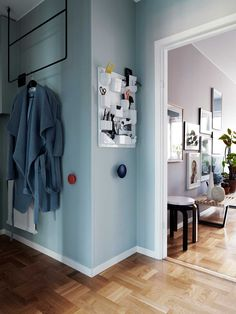 Färgstarkt och stilsäkert hos inredaren i Stockholm Hanging Clothes Rail, Blue Wall Colors, Light Blue Walls, Wall Shelves, Stockholm, Sweden, Locker Storage, Mid Century, House Styles