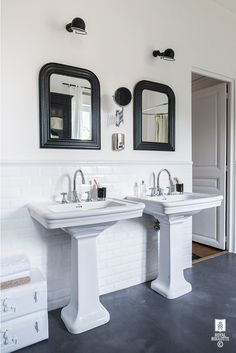 Alexandra Nicolas de Royal Roulotte interior black and white bathroom retro look vintage decoration art deco waxed concrete floor Beveled Subway Tile, White Subway Tiles, Bad Inspiration, Bathroom Inspiration, Inspiration Boards, Interior Design Studio, Home Design, School Bathroom, Black White Bathrooms