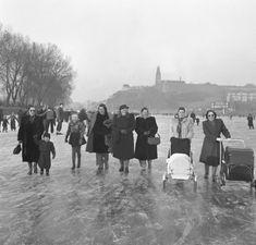 Roku 1950 vyrazily na zamrzlou Vltavu také matky s kočárky. Prague Photos, History Photos, More Pictures, Czech Republic, Alter, Google Images, Dolores Park, Street View, Humor