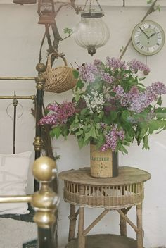 Brass Bed Can of Lilacs Lilac Blossom, Magical Home, Brass Bed, Deco Retro, Purple Interior, French Country Decorating, French Decor, Creative Decor, Cottage Style
