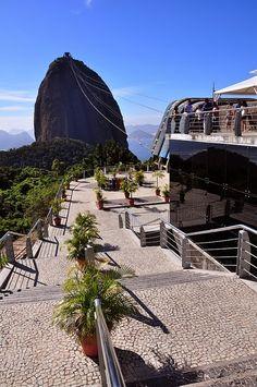 View of the Sugarloaf Mountain (Bondinho do Pão de Açúcar), Rio de Janeiro, Brasil.