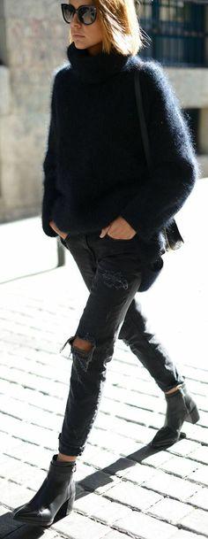 les femmes modernes qui portent denim déchiré et bottes noires