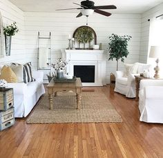 Bois revisité—Pour donner une allure plus moderne à une pièce aux murs bardés de bois, on les peint en blanc. Lumière et fraîcheur garanties!