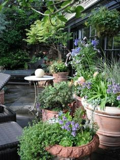 Small space mediterranean garden design with softly coloured pavers garten mittelmeer stil ton gefe pflanzen workwithnaturefo