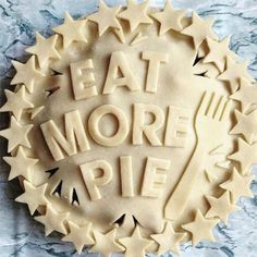 Creative Pie Crusts that Turn the Dessert into a Delicious Work of Art - Pies to try - Torten Köstliche Desserts, Delicious Desserts, Dessert Recipes, Plated Desserts, Creative Pie Crust, Beautiful Pie Crusts, Fudge, Pie Crust Designs, Pie Decoration