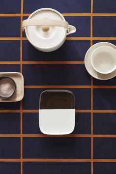 design finlandais : Marimekko Home, FW vaisselle, textile, quadrillage, Marimekko Fabric, Textiles, Blue And Copper, Mid Century Modern Design, Glass Design, Wooden Handles, Home Decor Accessories, Tea Pots, Diy Home Decor
