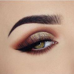Bronze eye shadow for smokey eyes